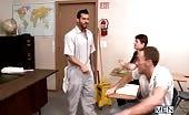 Studente inculato in classe dal uomo del servizio