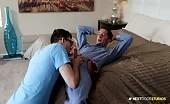 Gay arrapato scopa un giovane elettricista