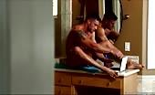 Masturbazione in bagno con un muscoloso sexy