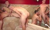 Sei ragazzi in una orgia in bagno
