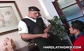 Gay pompinaro fa sesso orale con un poliziotto