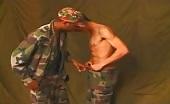 Interrazziale con un soldato passivo che riceve un cazzo grande nero