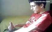 Giovane si sega il cazzo peloso sul webcam