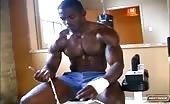 Nero muscoloso si sega il cazzo nella sauna