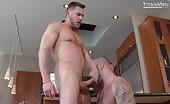 Due muscolosi fanno sesso in cucina