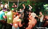 Giovani perversi si scatentano in una discoteca