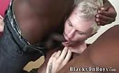 Due cazz neri grandi per un biondo in una scena di sesso a tre