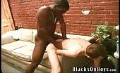Un passivo si fa rompere il culo da due neri che lo inculano a turno