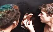 Due giovani perversi succhiano dei cazzi arrapati in gloryhole